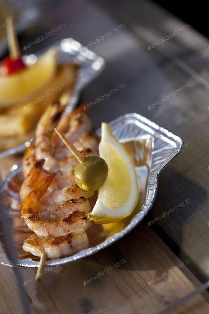 Garnelenspieße und Zitrone