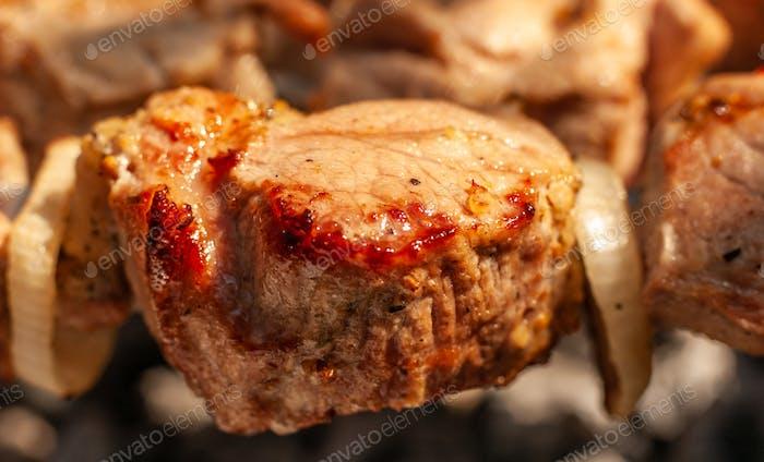 Leckeres und köstliches Schweinefleisch wird auf dem Grill gegrillt