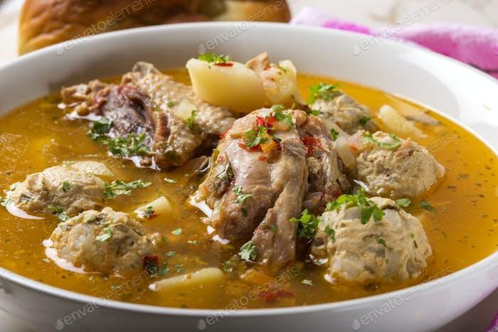 Fleischbällchen Suppe mit Hühnerfleisch