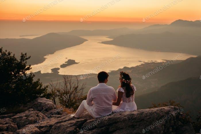 Flitterwochen Paar Reisen Berge und Meerblick