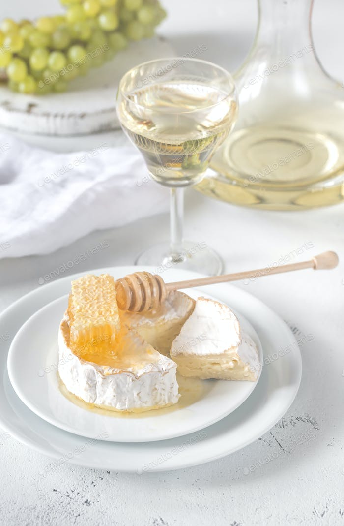 Camembert with honey, grapes and white wine