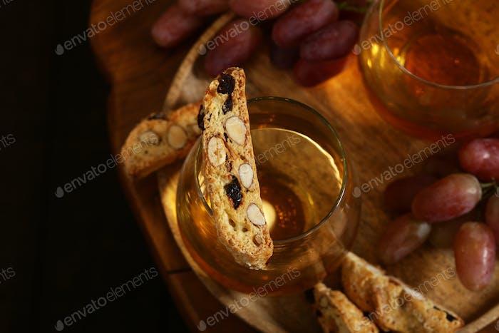 Dessert Weißwein und Biscotti