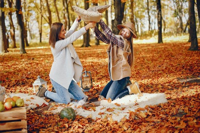Schöne Mädchen haben Spaß in einem Herbstpark