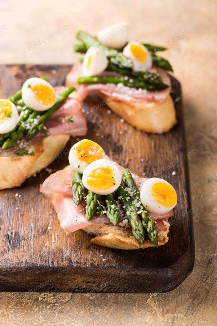 Sendwich fresco con jamón, espárragos y huevos de codorniz