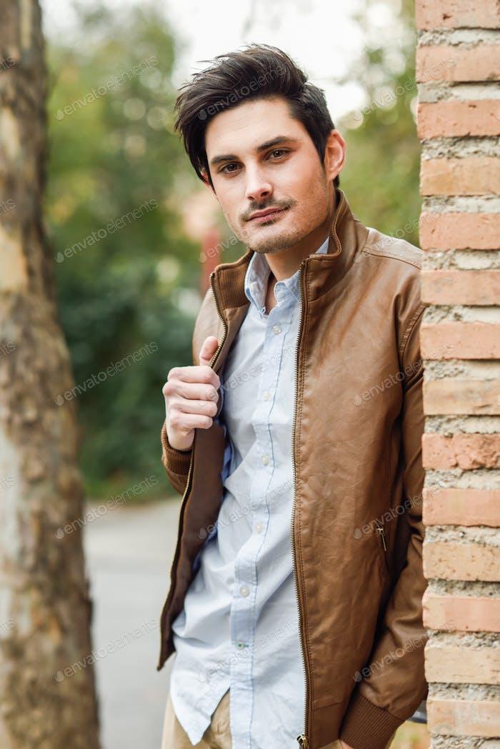 Atractivo Hombre guapo, modelo de moda en backgro urbano