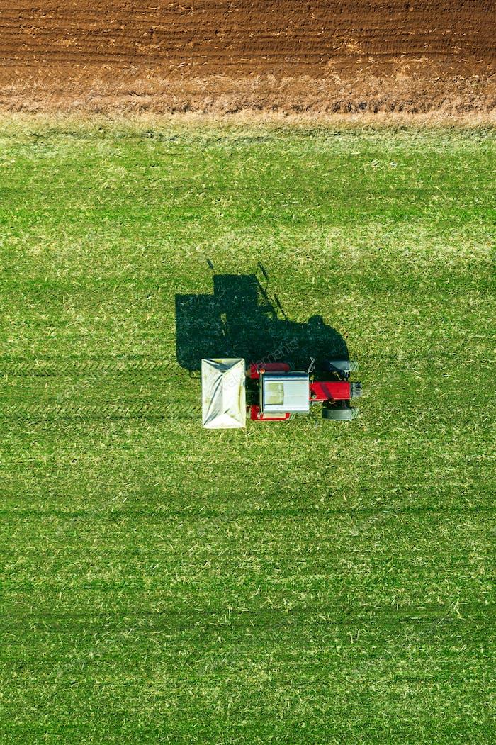 Landwirtschaftliche Traktor Düngung Weizen Feld mit NPK