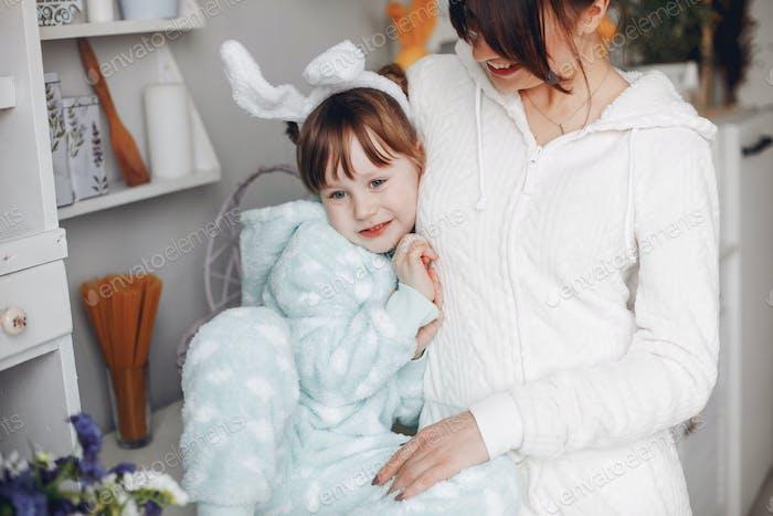 Mutter mit kleiner Tochter in einem Zimmer