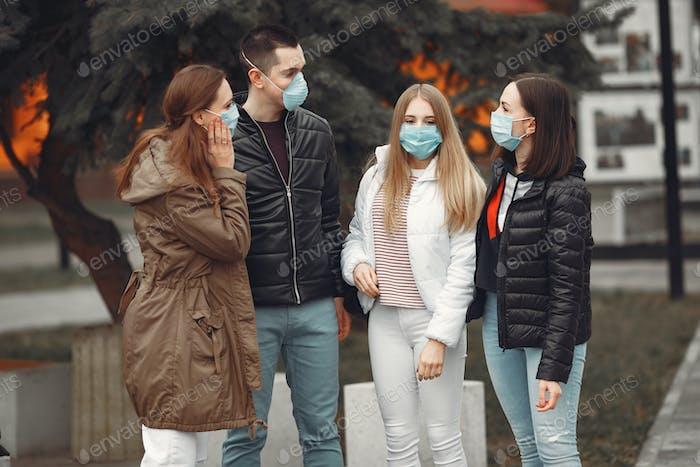 Junge Menschen verteilen Einweg-Masken draußen