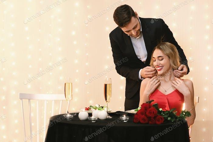 Loving Boyfriend - Collar dorado para regalar a su Girflriend para el Día de San Valentín