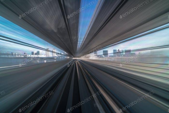 Furistische Szene Bewegungsunschärfe aus Tokio Japan Zug der Yurikamome Line bewegt