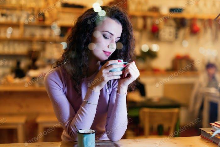 Junge schöne Frau trinken im Café