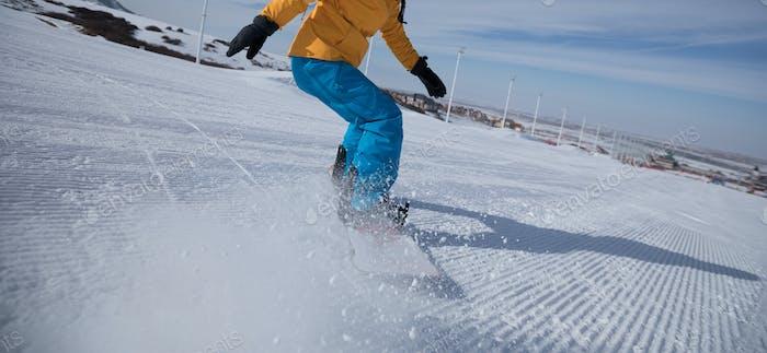 Snowboard en la ladera de la montaña