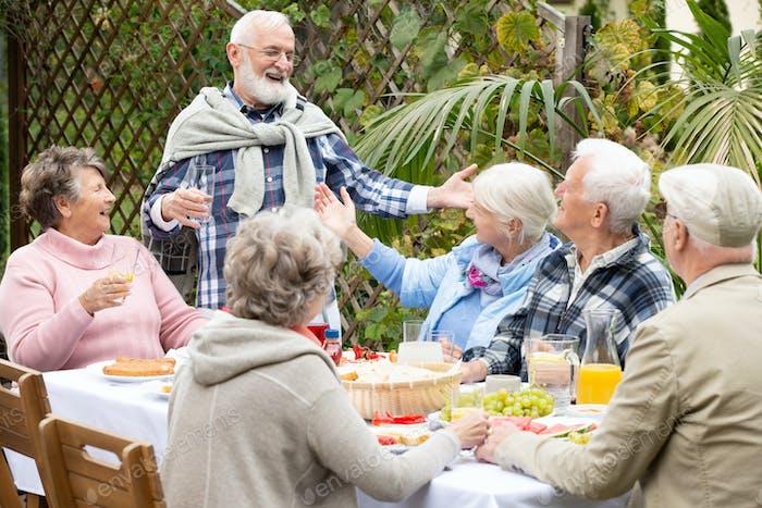 Dando la bienvenida a los invitados