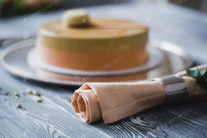 Frisch gebackener gelber Pudding Kuchen mit Mandeldacquoise, Himbeer-Confit, knusprige Schicht mit