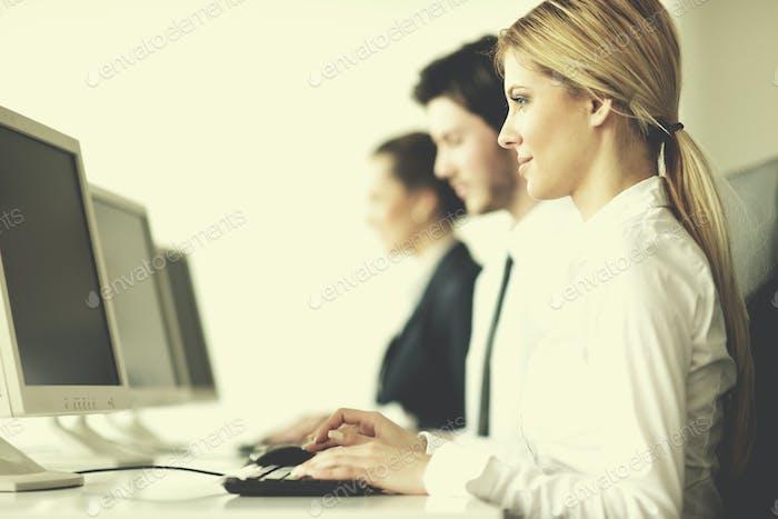 Geschäftsleute, die im Kunden- und Helpdesk-Büro arbeiten