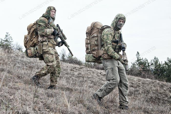 Militärische Armee Soldaten Teammitglieder Patrouilling-Bereich