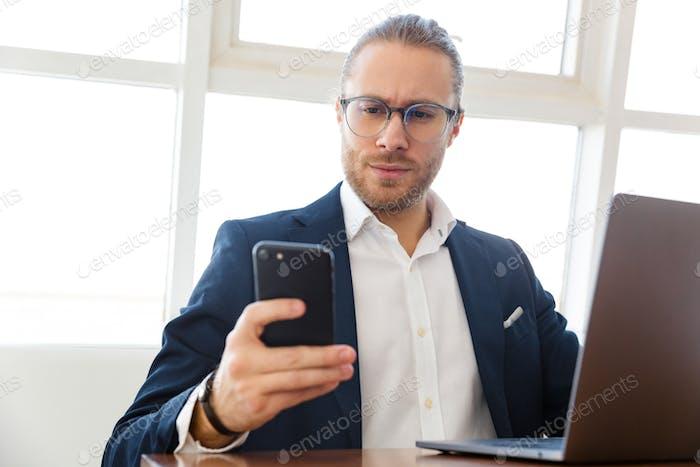 Geschäftsmann im Innenbereich mit Laptop-Computer