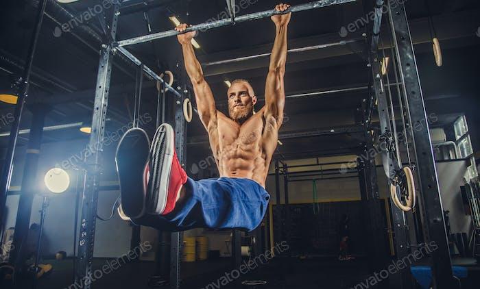 Masculino haciendo ejercicios en barra horizontal.