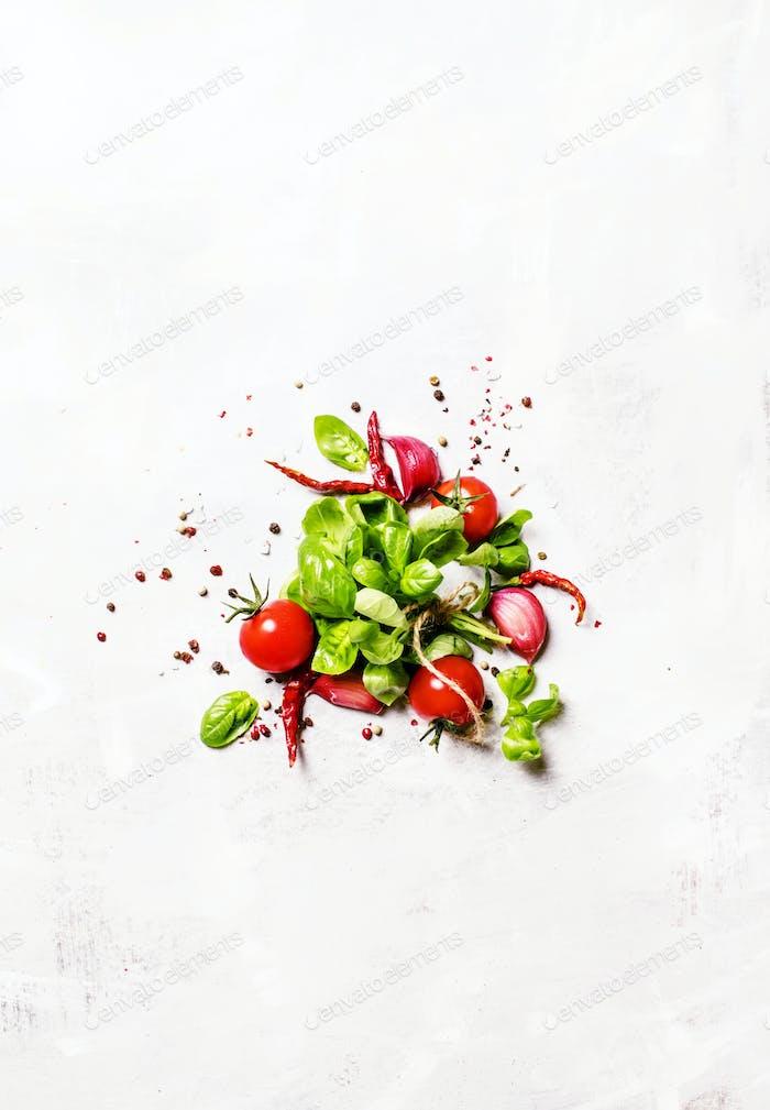 Lebensmittelhintergrund, grüner Basilikum und Tomaten mit Gewürzen, Draufsicht