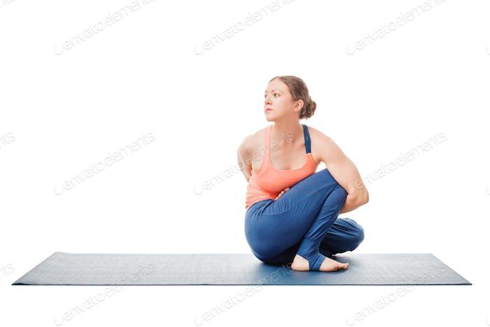 Frau tut Ashtanga Vinyasa Yoga Asana Marichyasana D
