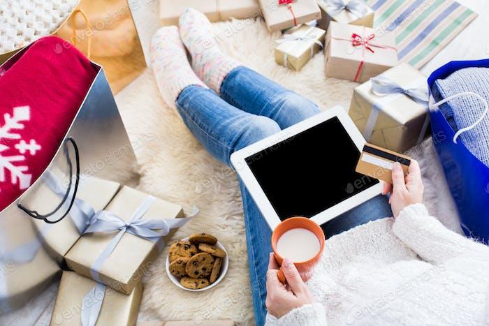 Frau Einkauf online mit Kreditkarte, Draufsicht