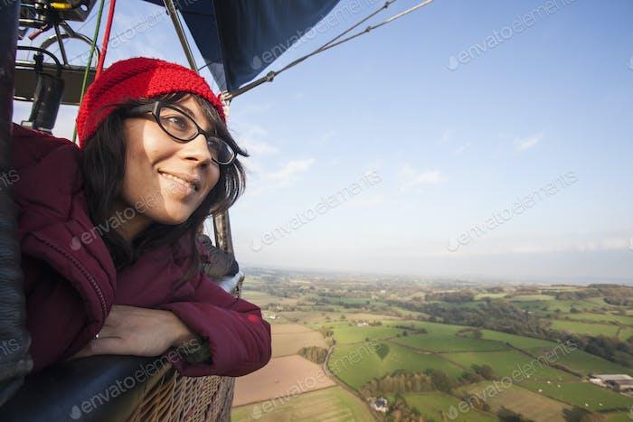 Femme voyageant en montgolfière.