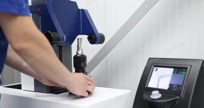 máquina herramienta en la fábrica de Metal con máquinas de perforación cnc