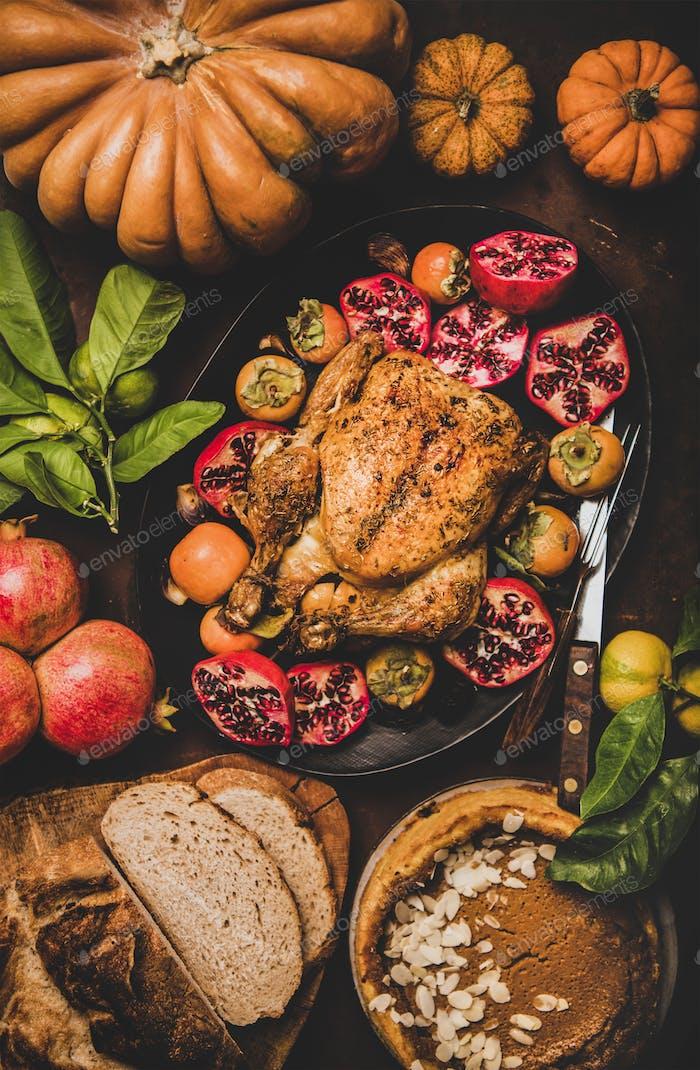 Thanksgiving Tisch mit gebratenem Huhn und Kürbiskuchen, Draufsicht