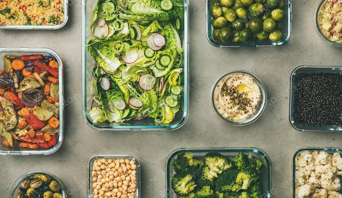 Verschiedene gesunde vegane oder vegetarische Gerichte in Glasbehältern