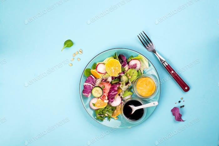 Diät Gemüsesalat Frisch gemischt fallen in einen Teller