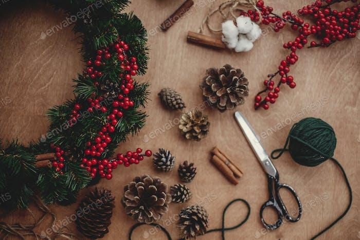 Herstellung von Weihnachtskranz in Urlaub Werkstatt