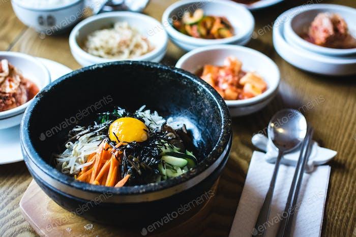 Traditionelles koreanisches Bibimbap Gemüse mit rohem Eigelb
