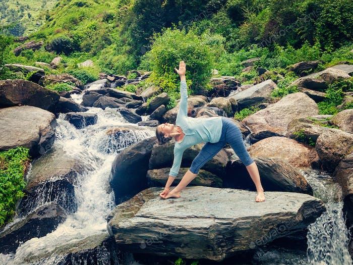 Frau tut Ashtanga Vinyasa Yoga Asana Utthita trikonasana