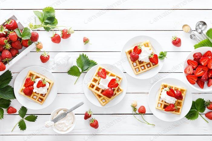 Traditionelle belgische Waffeln mit Frischkäse und frischer Erdbeere auf weißem Hintergrund