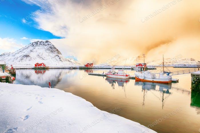 Spektakulärer Morgenblick auf kleines Fischerdorf Ramberg bei Sonnenaufgang