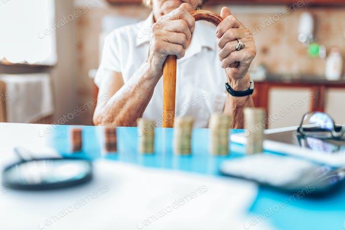Senior Frau überprüft ihre Finanzen und Investitionen