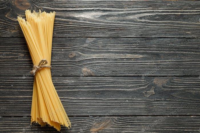 Banch de espaguetis sobre mesa de De madera Oscuro