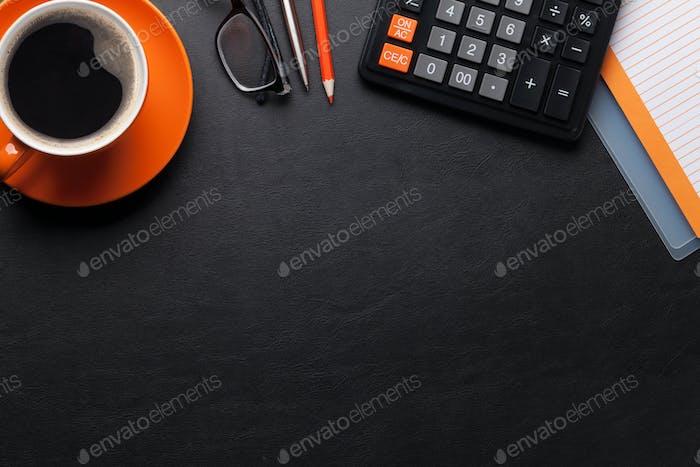 Schreibtisch mit Kaffee und Zubehör