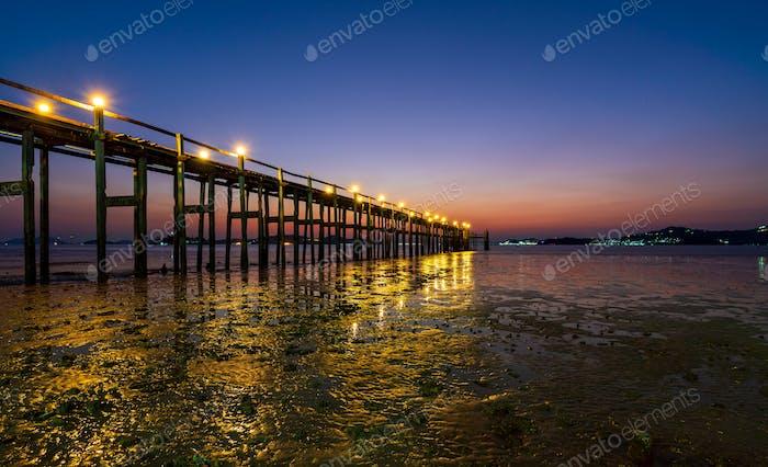 Holzbrücke von Chan Damri Beach bei Sonnenuntergang, Ranong, Thailand