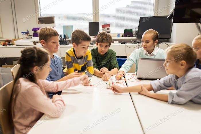 Kinder mit Erfindungskit an der Roboterschule