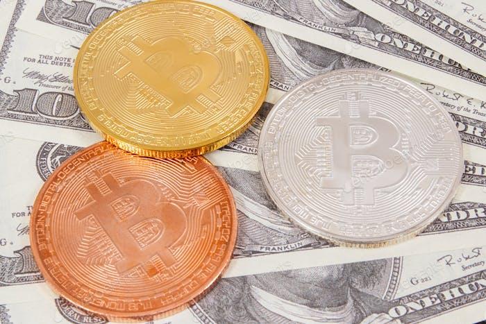 Dollar und Bitcoins als Symbol für virtuelles Geld, Wahl zwischen traditionellem Geld und Kryptowährung