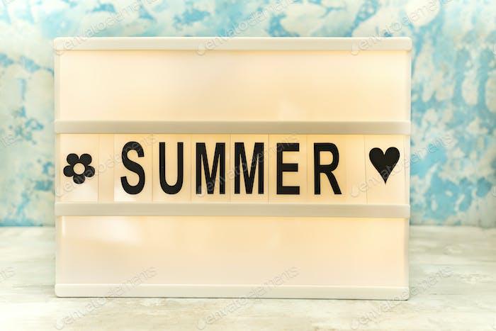 Sommerbrief auf dem led-board auf dem tisch. Konzept von Sommertourismus, Reisen und Urlaub
