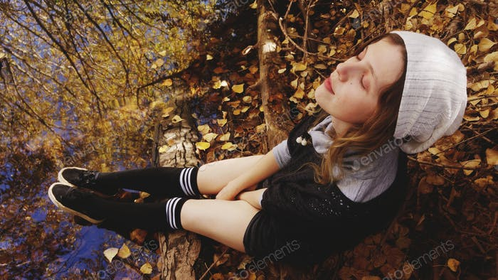 Young woman enjoy the autumn in a park