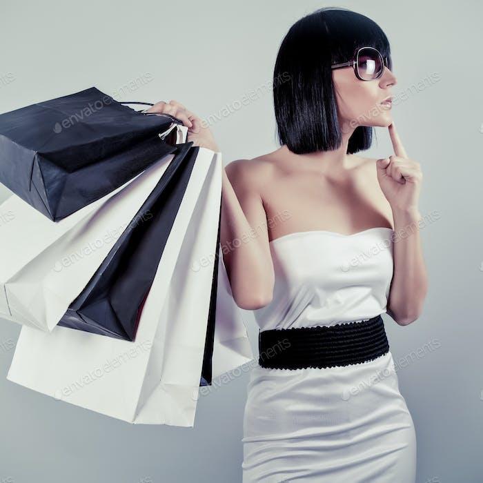 glücklich shopping Mädchen halten Taschen