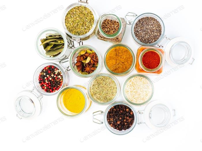 Satz von Gewürzen in Löffel Draufsicht. Paprika, Curry, Lorbeerblatt, Anis und andere Gewürze