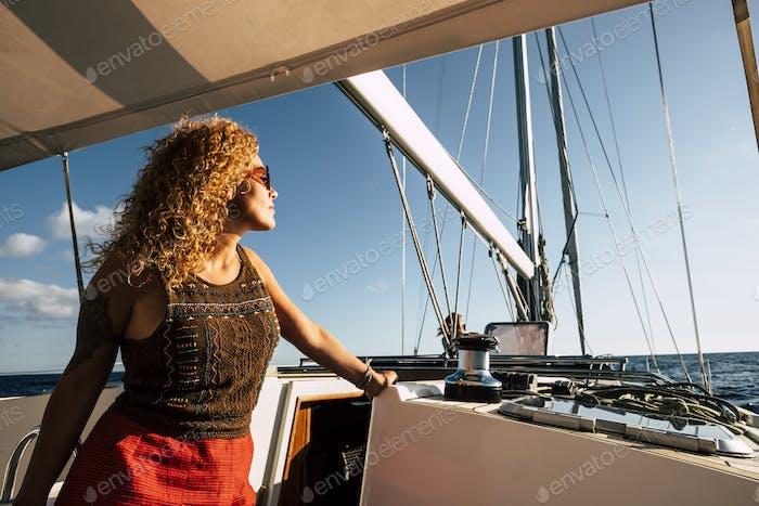 Glückliche kaukasische Frau genießen Tourismus Transport in Segelboot