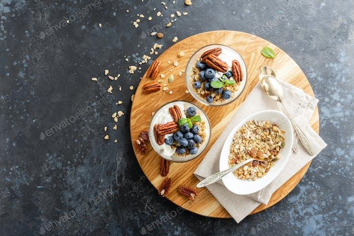 Heidelbeer-Parfait mit Ricotta-Käse, Müsli und Pekannüssen
