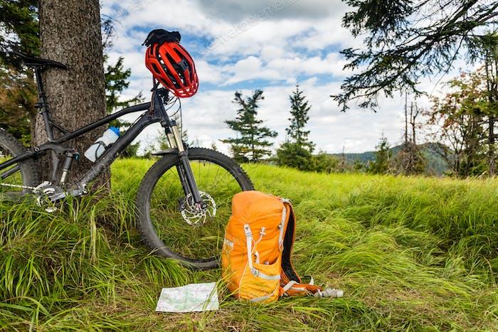 Mountainbike-Ausrüstung im Wald, Bikepackung
