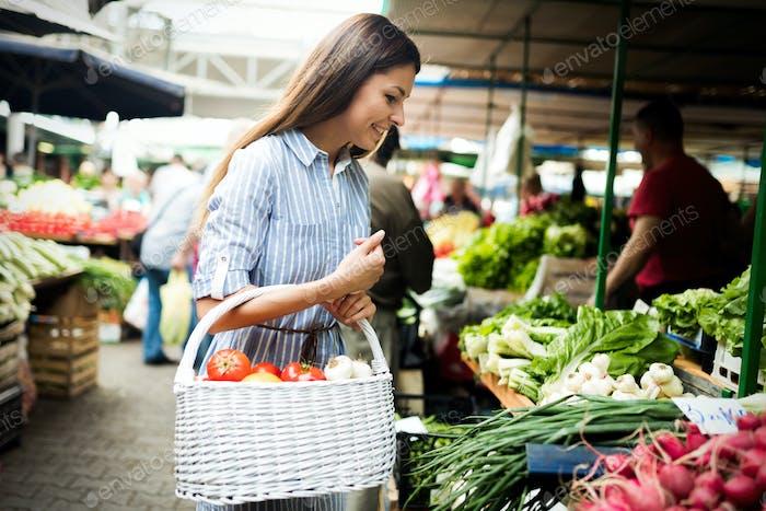 Junge Frau Kauf Gemüse auf dem Markt