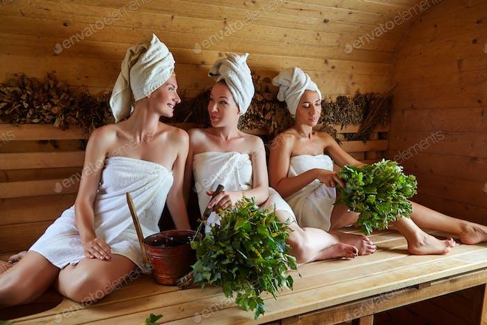 drei Mädchen entspannen in der Sauna